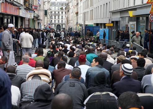 Les fideles de la mosquee de la rue Myrha se rassemblent dans la rue pour la grande priere du vendredi pendant le ramadan. Des tapis de priere ont ete deposes sur le trottoir juste a cote de la mosquee, dans le XVIII eme arrondissement.   Paris, FRANCE - 05/09/2008